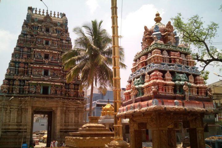 Offer-prayers-at-Halasuru-Someshwara-Temple
